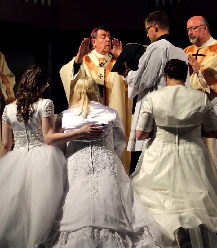 Vírgenes consagradas a Dios en altar sin novio